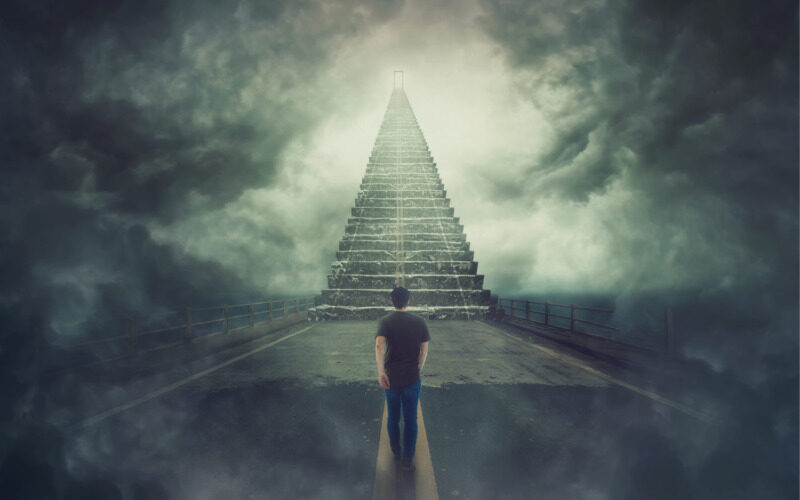 階段の前に立つ
