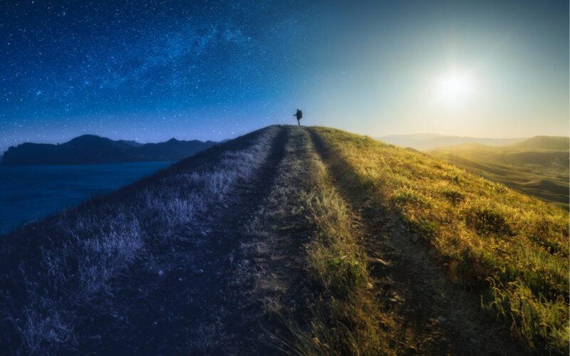 丘の上に立つ男