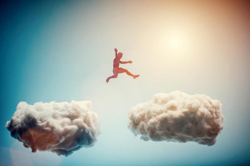 雲に飛び移る