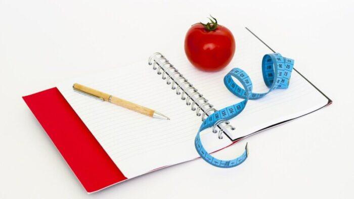 ノートとメジャーとトマトとペン