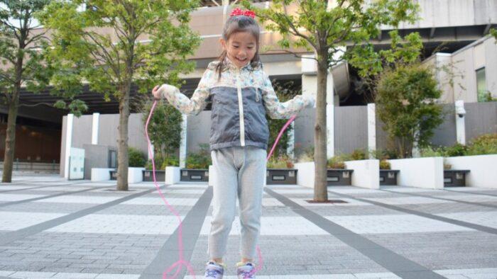 縄跳びをする女子
