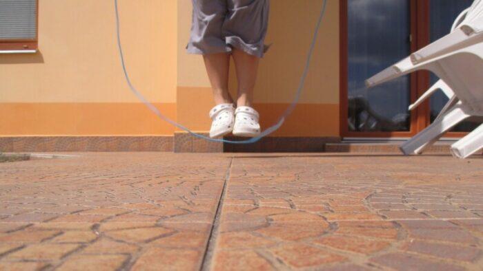 縄跳びをジャンプ